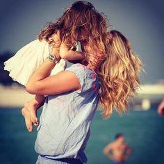 Nicolette van Dam met haar dochtertje.