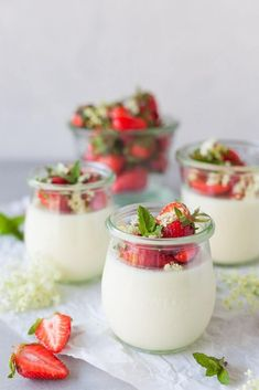 This Elderflower Panna Cotta topped with macerated Strawberries is an easy and quick dessert for your Sunday Lunch! Summer Dessert Recipes, Easy Desserts, Delicious Desserts, Quick Dessert, Spring Recipes, Jam Recipes, Sweets Recipes, What Is Elderflower, Gooseberry Jam