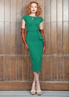 Timeless vintage green pencil dress New Stop Staring! collection - The Timeless vintage green pencil dress is a real treasure.New Stop Staring! collection - The Timeless vintage green pencil dress is a real treasure. 1940s Fashion, Look Fashion, Vintage Fashion, Fashion Outfits, Club Fashion, Fashion Guide, Fashion Styles, Fashion Brands, Fashion Ideas