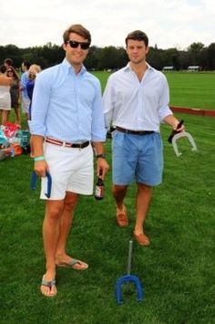 A light blue gingham dress shirt and white shorts worn together are a match made in heaven for those who love classic and casual styles. To bring a more laid-back aesthetic to this outfit, complement this ensemble with a pair of green flip flops. Preppy Boys, Preppy Style, My Style, Sharp Dressed Man, Well Dressed, Shorts Casual, Herren Outfit, Preppy Outfits, Gentleman Style