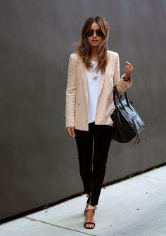 Morgens Augenringe? Bei diesem Outfit fällt das absolut nicht aus. Rosa und schwarz werden stilsicher kombiniert und die Sonnenbrille verleiht dem Look zusätzlich Coolness.