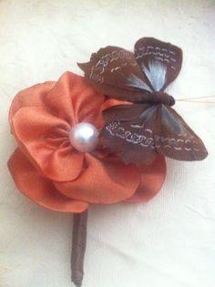 Boutonniére de distintos tipos,alfileres o prendidos personalizados para novios ,padrinos ,regalo invitados con flores de tela en marron y con mariposa de plumas y perla algodondeluna@gmail.com