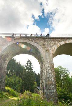 Auf alten Bahntrassen durch drei Länder: Einst wurden auf der Bahntrasse zwischen Aachen und Luxemburg Kohle und Eisenerz transportiert, heute können Radfahrer hier gemütlich und meist steigungsarm die Gegend erkunden. © vennbahn.eu
