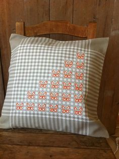 Hobbies And Crafts, Diy And Crafts, Chicken Scratch Embroidery, Cushion Cover Designs, Gingham Fabric, Cross Stitch Animals, Couture, Hand Embroidery, Hand Sewing