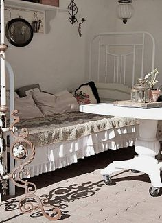 Beautiful bed and linen in this lovely sleepout