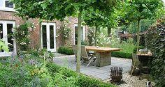 http://www.tuindesign-ten-horn.nl Tuinarchitect - tuinontwerp. Klassieke natuurlijk ogende tuin met terras bij monumentaal pand in Limburg.