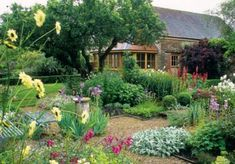 Stunning Country Cottage Gardens Ideas 36