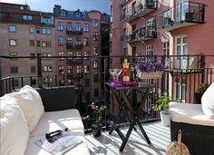 Gør din altan eller terrasse hyggelig ved hjælp af få midler. Udnyt pladsen på altanen og indret med stole, borde potteplanter og fine puder og tæpper.