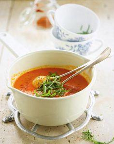 Geroosterde paprikasoep bereiden: Rooster de paprika's. Dit kan boven een gaspit tot het vel van de paprika is zwartgeblakerd of 25 minuten onder de grill. Laat afkoelen in een afgesloten kom, zodat het zwarte velletje gemakkelijk loskomt. Intussen de tomaten 6 seconden in kokend water leggen en daarna laten schrikken in ijskoud water.