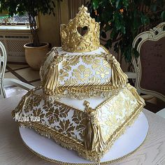 wedding cakes gold Gold Crown and Cushion Wedding Cake Amazing Wedding Cakes, Elegant Wedding Cakes, Amazing Cakes, Cake Wedding, Royal Cakes, Unique Cakes, Creative Cakes, Gorgeous Cakes, Pretty Cakes
