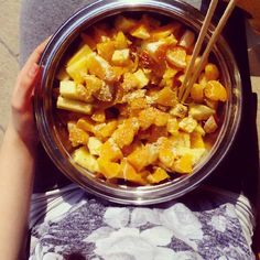 Lunch today was fruit paradise! Oranges and pineapple with ginger powder and sesame seeds || #gofruityourself #fruitporn #801010 #sun #feelthelean #lonijane #rawtill4 #rawtillwhenever #vegan #whatveganseat #veganfoodshare #cleaneating #healthy #foodporn