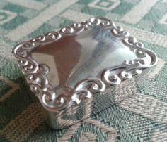 Rare 20thC ornamented solid silver snuff box 925 England New Apple Ipad, Retina Display, Bottles, England, Box, Silver, Jewelry, Snare Drum, Jewlery