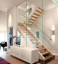 Pared de escalera revestida con paneles decorativos mi for Apliques modernos para escaleras