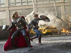 Thor e o Capitão América em cena da batalha final do filme 'Os Vingadores' (Foto: Marvel)