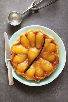 This spiced pear tarte tatin recipe from Hugo Arnold is simple to make but very impressive. Tarte Tartin, Pear Tarte Tatin, Wine Recipes, Cooking Recipes, Pear Pie, Spiced Pear, Serving Plates, Sweet Tooth, Spices
