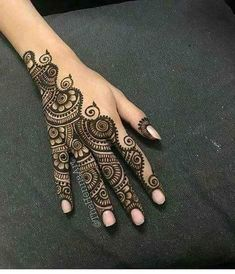 Mehndi design makes hand beautiful and fabulous. Here, you will see awesome and Simple Mehndi Designs For Hands. Henna Tattoo Hand, Hand Mehndi, Henna Tattoo Designs, Finger Henna Designs, Mehndi Designs For Fingers, Henna Tattoos, Mandala Tattoo, Paisley Tattoos, Henna Mandala