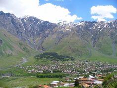 Stepantsminda na tle Kaukazu