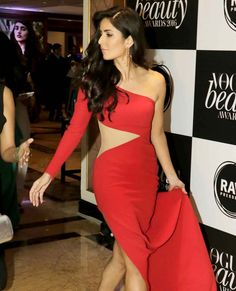 Katrina Kaif arriving at the Vogue Beauty Awards 2016 in Mumbai. Bollywood Images, Bollywood Stars, Bollywood Fashion, Salman Katrina, Katrina Kaif Photo, Simple Gowns, Vogue Beauty, Beautiful Bollywood Actress, Beauty Awards