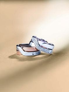 A young and graceful design for a precious embrace of white gold, pink gold and diamonds - Baci jewelry collection