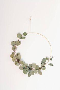 Scandinavian Modern Eucalyptus Wreath.Love this beautiful and simplistic wreath! #wreath #modern #eucalyptuswreath #scandinavian #scandinavianwreath #modernwreath #affiliate #minimalisticdecor