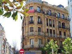 En el centro de la ciudad de San Sebastián vivienda de esquina, en la confluencia de las calles Prim, Fuenterrabia y Larramendi. Piso Venta, Centro - Donostia. Inmobiliaria Araxes - 943 211 022 - 696 497 566. Ref: D32300 www.araxes.es social@araxes.es