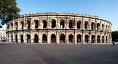 Les arènes de Nîmes; amphithéâtre romain pouvant acceuillir jusqu'à 25 000 spectateurs, bâtit entre 70 et 80 après J-C sous le règne supposé de Domitien, pour divertir la population. Classées aux monuments historiques depuis 1840.