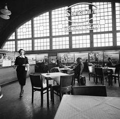 Centralstationen, interiör. Restaurang. Reklamskylt för försäkringsbolaget Skandia