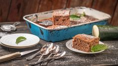 Letošní léto bohaté na déšť aslunce má jednu velkou výhodu: cukety adalší plodiny na našich zahradách rostou doslova jako zvody. Pokud ivy máte nějaký ten přebytek cuket, není nad to upéct si znich nějakou buchtu. Třeba tenhle perník sjogurtem. Tacos, Baking, Ethnic Recipes, Food, Bakken, Essen, Meals, Backen, Yemek