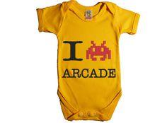 """Este regalo de bebé original traerá un montón de recuerdos, a aquellos que vimos nacer los primeros videojuegos. El body original de bebé """"I love arcade"""" es un regalo retro para padres modernos. Un regalo de bebé original, que arrancará muchas sonrisas."""