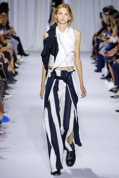 The complete Ann Demeulemeester Spring 2017 Ready-to-Wear fashion show now on Vogue Runway. Fashion Week, Fashion 2017, Runway Fashion, Fashion Show, Fashion Design, Black White Fashion, Dark Fashion, High Fashion, Ann Demeulemeester