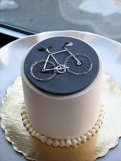 A little classier but still just doesn't feel exciting enough. Bicycle Cake, Bike Cakes, Bicycle Party, Mountain Bike Cake, Bike Food, Novelty Cakes, Occasion Cakes, Piece Of Cakes, Sweet Cakes