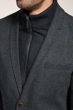 Info mesures:  -longueur milieu dos env. 75 cm, longueur manches env. 67 cm en taille 50 (mesures susceptibles de varier légèrement selon les tailles)  Matière / Entretien:  -doux tissu de coton arborant un fin motif structuré -empiècement laineux  -épaisseur : normale -élasticité : non extensible  Détails:  -empiècement zippé à col cheminée montant haut : il se retire en un clin d´œil grâce aux zips -col à revers fin -fermeture à deux boutons sur le devant, bas des manches fendus à un…