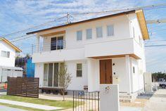 屋根 Simple House Exterior, Japanese Modern House, Compact House, Little Kitchen, Japanese Architecture, Tiny House, House Plans, House Design, Mansions