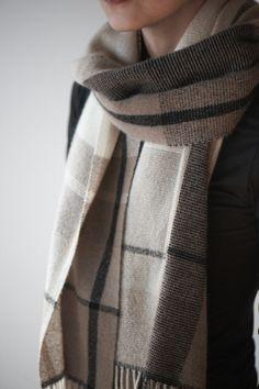 カシミアのストール Weaving Yarn, Hand Weaving, Scarf Ideas, Yarn Inspiration, Woven Scarves, Textiles, Scarf Patterns, Mens Fashion, Fashion Outfits