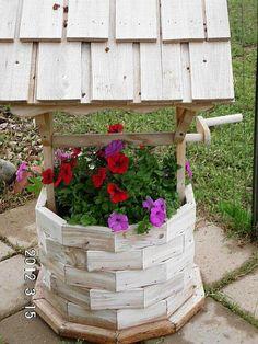 Wishing Well handle Diy Planters, Flower Planters, Garden Planters, Garden Deco, Garden Club, Backyard Projects, Outdoor Projects, Wishing Well Garden, Flower Pot Crafts