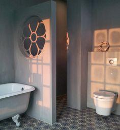 Oud rond stalraam sfeervol hergebruikt in de badkamer