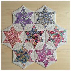Folded Hexagon Stars Make a Pretty Table Mat - Quilting Digest - - Folded Hexagon Stars Make a Pretty Table Mat – Quilting Digest Quilt patterns Gefaltete Sechsecksterne machen eine hübsche Tischmatte – Quilting Digest Patchwork Quilting, Lap Quilts, Small Quilts, Mini Quilts, Quilt Blocks, Hexagon Quilting, Hexagon Quilt Pattern, House Quilts, Hand Quilting