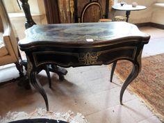 1- TABLE A JEU à plateau frisé à décor de marqueterie de laiton et bois noirci. Epoque Napoléon III.