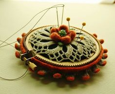 Wow, I just love this small embroidery hoop pin cushion & all the extra's. Sewing Box, Sewing Notions, Sewing Crafts, Sewing Projects, Felt Pincushions, Sewing Baskets, Wooden Spools, Sewing Accessories, Felt Crafts