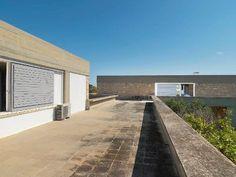 Island house for Yannis Moralis (Greek painter) by Aris Konstantinidis (Greek architect) Building Exterior, New Construction, Athens, Fresco, Modern Architecture, Concrete, This Is Us, Greek, Sidewalk