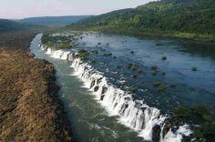 Los Saltos del Moconá son en realidad un cañón de tres kilómetros de largo con caídas de agua paralelas a su cauce, que a diferencia de una cascada o catarata, su caída la realiza transversalmente, pudiendo alcanzar los 25 metros de altura y una profundidad de hasta 170 metros.