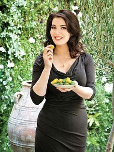 Nigella Lawson knows how to do summer food like no-one else. This wonderful, laid-back Med-inspired Sunday Lunch menu is perfect to share with friends on a sunny day. Padma Lakshmi, Giada De Laurentiis, Gordon Ramsay, Chocolate Cake With Coffee, Nigella Lawson, Hollywood, Domestic Goddess, Tv Presenters, Trends