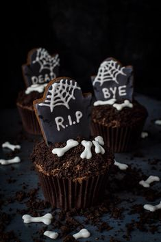 Tombstone cupcakes for Halloween - these impressive chocolate graveyard cupcakes with gingerbread tombstones, cookie dirt and royal icing bones are seriously spooky, utterly delicious and totally vegan! Step by step photos included. Halloween Cupcakes, Halloween Desserts, Halloween Treats, Spooky Halloween, Halloween Chocolate Cake, Holiday Cupcakes, Halloween Dinner, Halloween 2017, Pear And Chocolate Cake