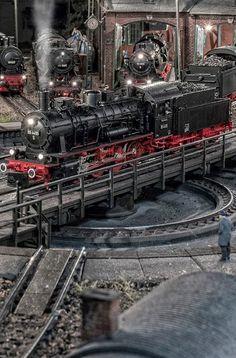 Circa 25 anni fa la Märklin ha introdotto il funzionamento digitale degli impianti e delle loco. Si è trattato di una rivoluzione che ha mutato radicalmente il mondo del modellismo ferroviario e che ha fatto sì che il vecchio mondo analogico risultasse in poco tempo obsoleto