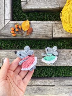 Free crochet workshop on knitting mouse brooches # amigurumi # schedule & # samigurumi # knitted toys # knitted … Crochet Case, Crochet Brooch, Form Crochet, Cute Crochet, Crochet Applique Patterns Free, Crochet Patterns Amigurumi, Crochet Toys, Crochet Flower Tutorial, Crochet Flowers