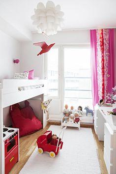 Aadan sänky on yläosa Muuramen kulmakerrossängystä, sen alaosa on Rasmuksen huoneessa. Sängyn alla on säilytys- ja leikkitilaa ja Fatboyn säkkituoli loikoiluun. Puiset nukenvaunut ja hella ovat Brion. Punainen pallospotti seinällä on Frandsenin. Punainen lintu on Rasmuksen tekemä syntymäpäivälahja siskolleen. Keppihevosen on tehnyt Aada. Tosin vanhat sukat eivät keppihevosen pääksi kelvanneet, vaan isoäiti joutui kutomaan yhden parittoman valkoisen sukan.