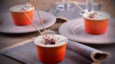 Chupitos de crema de queso con pinchos de panceta ibérica con hilos de scamorza ahumada - Receta - Canal Cocina