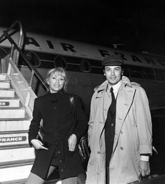 Alain Delon et Mireille Darc devant avion Air France - 1969 © Photo sous Copyright Alain Delon, Hollywood Cinema, Old Hollywood, Marilyn Monroe, Paris Match, Air France, Great Films, Black And White Portraits, Film Director