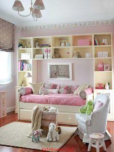Küçük kızınız için harika bir oda tasarımı mı arıyorsunuz? Bu yazımızı gözden geçirmeyi ihmal etmeyin o zaman. Fotoğraflardan da farkedeceğiniz üzere, kızınız için hazırlayacağınız odanın renkli bir iç tasarıma sahip olması önemli. Ayrıca dikkat çekici aksesuarlar, tatlı bir dekor ve mümkün olduğunca pembe kullanımına dikkat edilmesi de kız odası için olmazsa olmazlardan. Küçük kızınızın odasında bu tasarımlardan ilham alabilirsiniz. İnceleyin ve yorumlarınızı ekleyin!