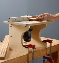 Veritas Table System for Compact Routers - Lee Valley Tools Router Jig, Router Woodworking, Woodworking Projects, Router Accessories, Power Tool Accessories, Wood Router Table, Router Table Plans, Aluminum Fence, Home Workshop